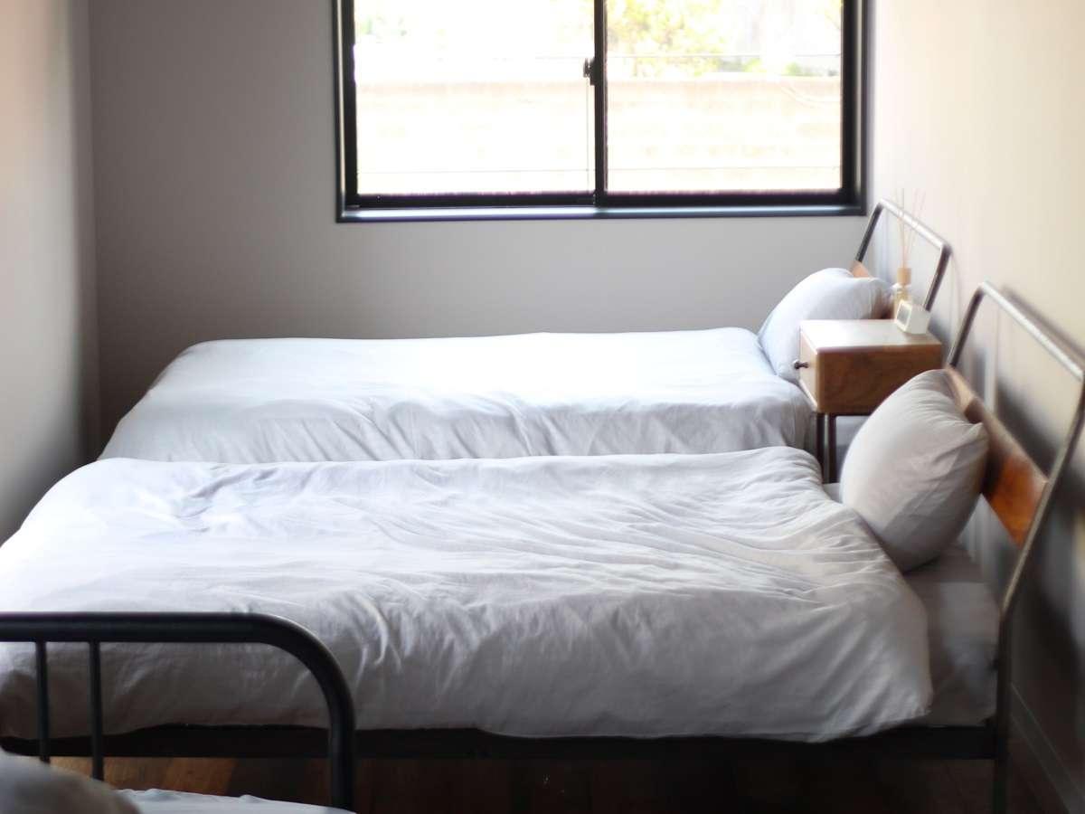 ファミリースタイル。セミダブルベッドが2台にソファーベッドが1台ある。