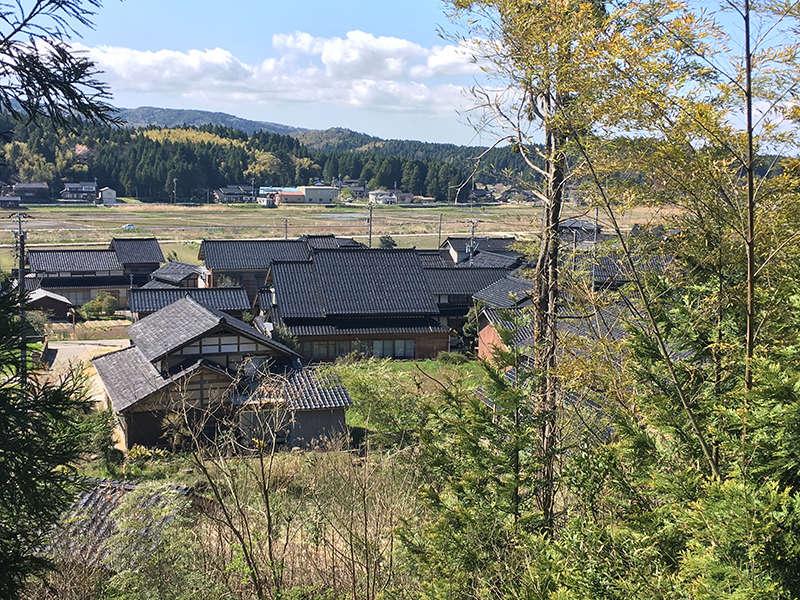 能登の農村の中にある古民家です。