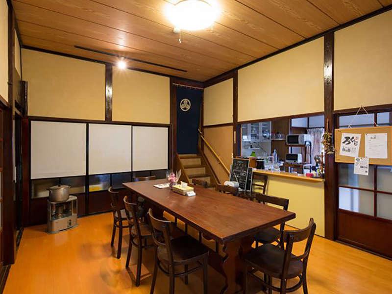 食事やお酒を楽しむ自慢の大きなテーブルのある共有空間。カフェ「ろくでなし」としても営業しています。