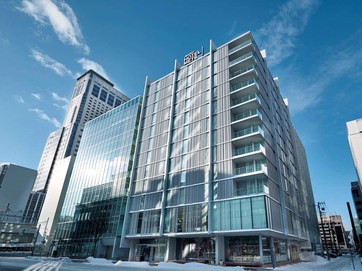 【ホテル外観】JR札幌駅東改札・北口より徒歩2分の好立地です。