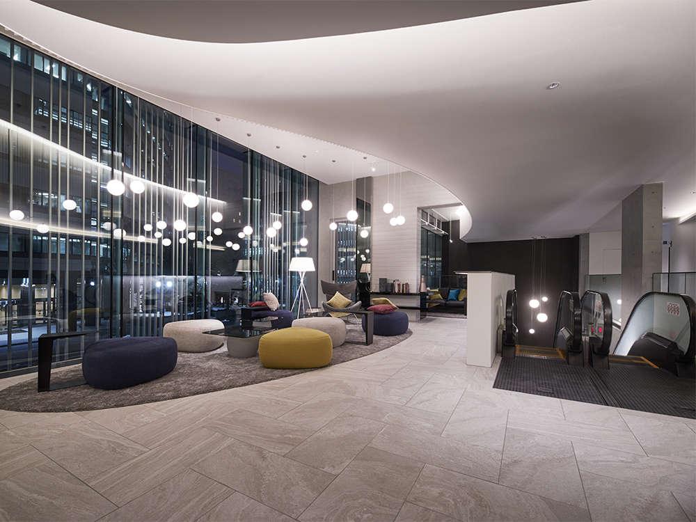 【施設】北欧デザインの照明と家具を採用したくつろぎの空間。ごゆっくりとお過ごしください。