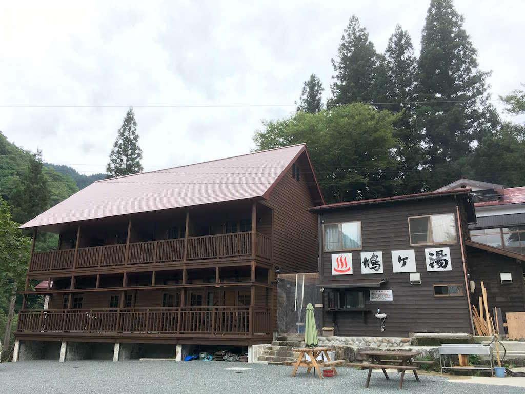 旧鳩ケ湯温泉旅館の風情を残し内装は高級感あるかたずまい