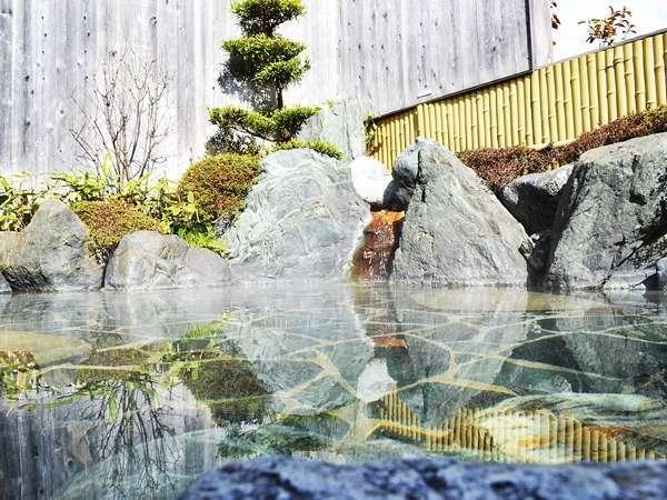【露天風呂】②四万十の青石を使用した露天風呂。夜、星空を眺めながら、ゆっくり浸かってみてはいかが?