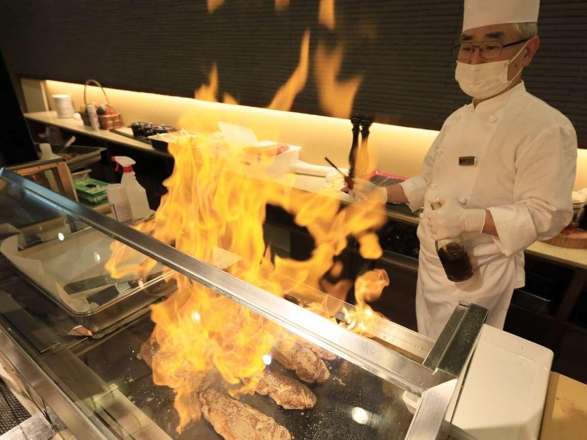 【ステージキッチン】目の前で一気にフランベ!火柱が豪快に上がります。