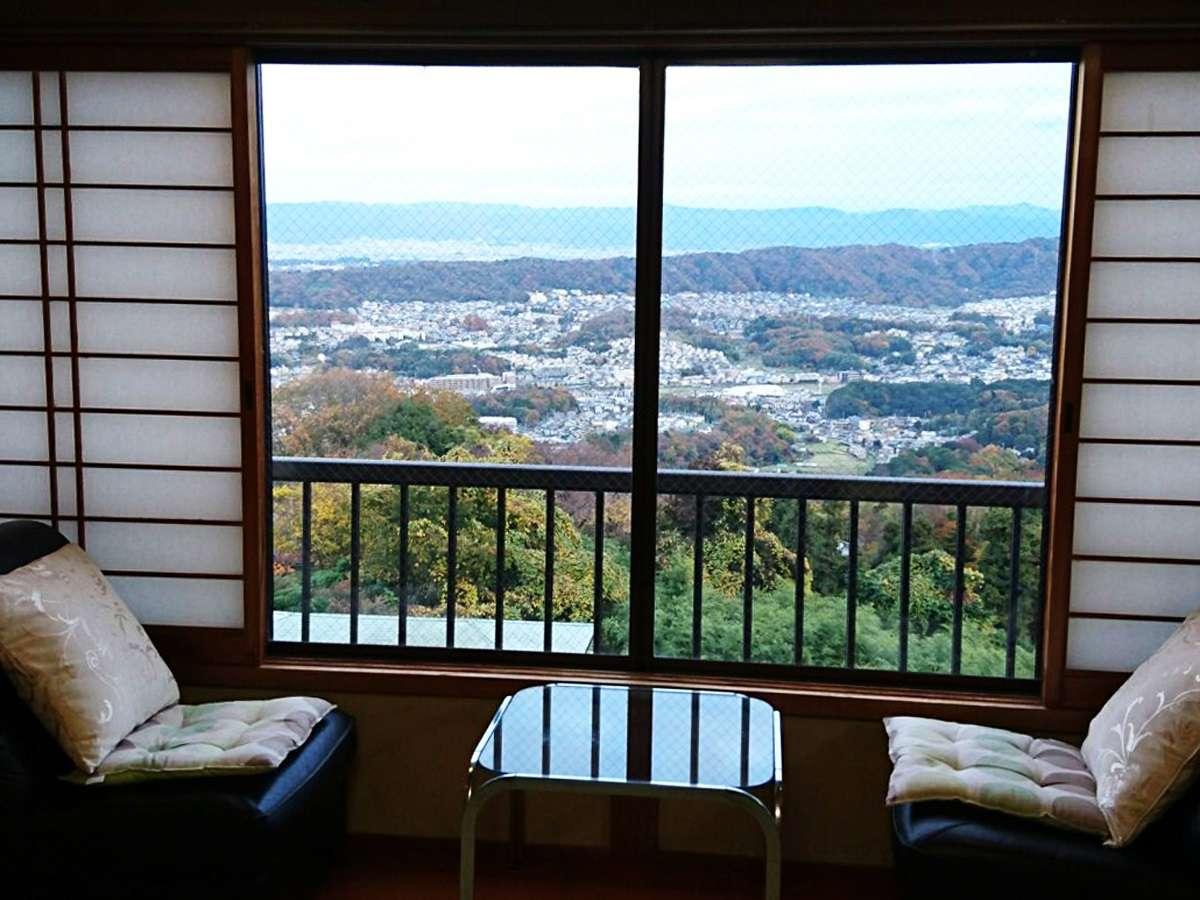 【夜景が見える和室(一例)】お部屋から美しい夜景がご覧いただけます。