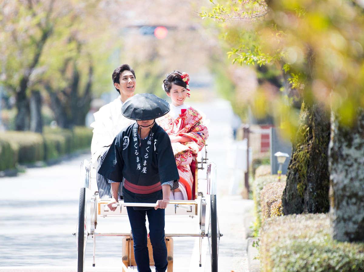 婚礼の日、神社までは人力車で。春には桜並木のトンネル、 初夏には新緑の木漏れ日が