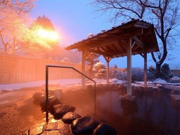 【大浴場】夕暮れの露天風呂...景色をゆったりと眺めながら、一日の疲れを癒そう☆
