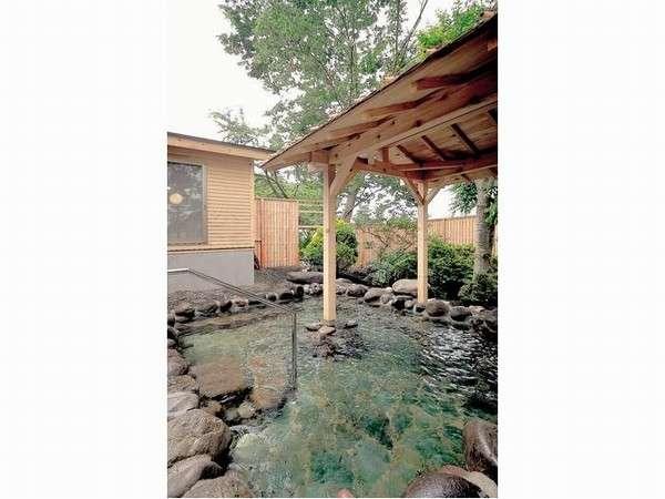 【大浴場】露天入口に階段あり(3段)、浴槽に手すりあり