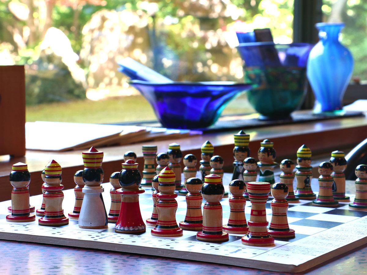 ■ラウンジ 花筏-Hanaikada- 青森の民芸品、こけしにちなんで作られた愛らしいチェスも。