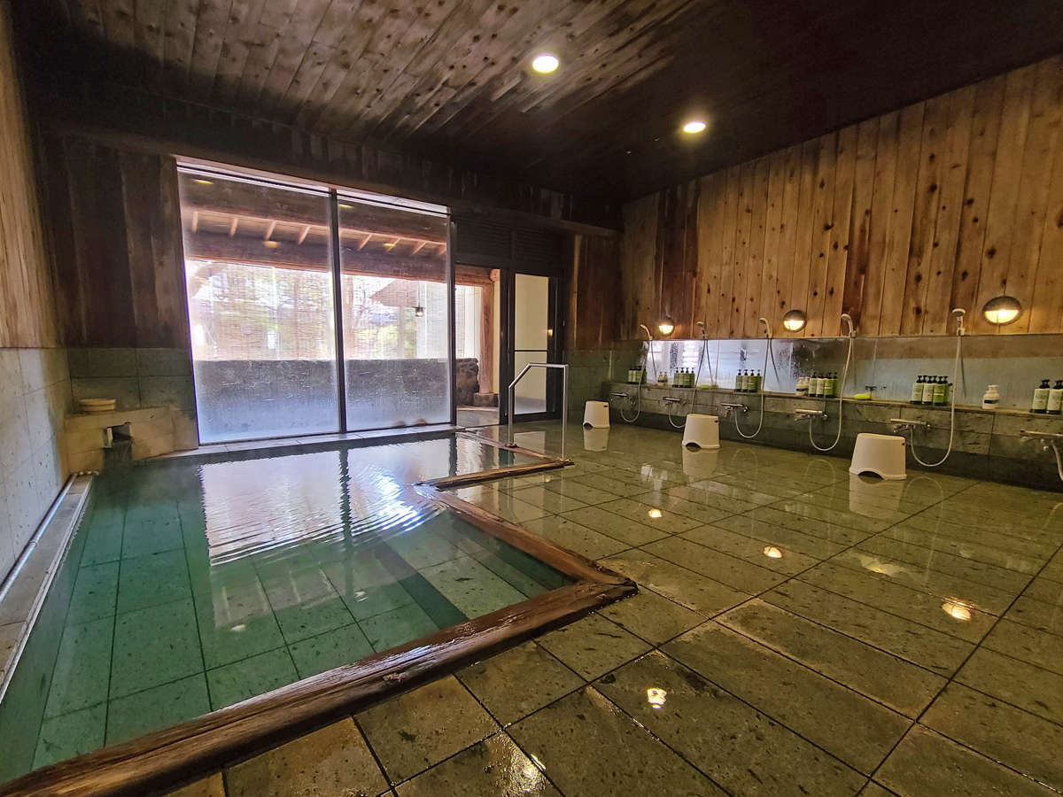 ■落合温泉の湯/男湯 青森ヒバが香る源泉かけ流しの内湯。十和田石で温浴効果もUP