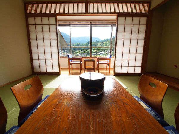 落ち着いた雰囲気の和室(8畳)です。木材の温かさを大切にしたいやしの空間を提供いたします。