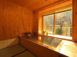 総檜の湯船に天然温泉導入…洗い場は畳敷き。<現代の名工認定者>木曽の伊藤氏の設計制作です。