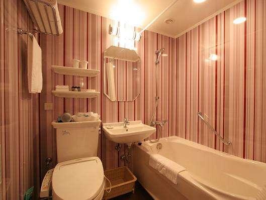 【風呂】客室バスルームも京の夕暮れをイメージした茜色。