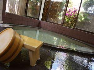 【お風呂】温泉は源泉でかけ流し!お風呂はやや小さいですが湯量はタップリです♪