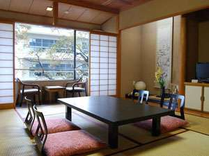 <和室8帖>畳の香りを感じる、ゆったりとした和室で寛ぎのひとときをどうぞ。