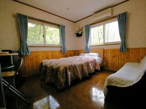 新館ダブルのお部屋。どのお部屋からもも窓から森を眺められますよ♪