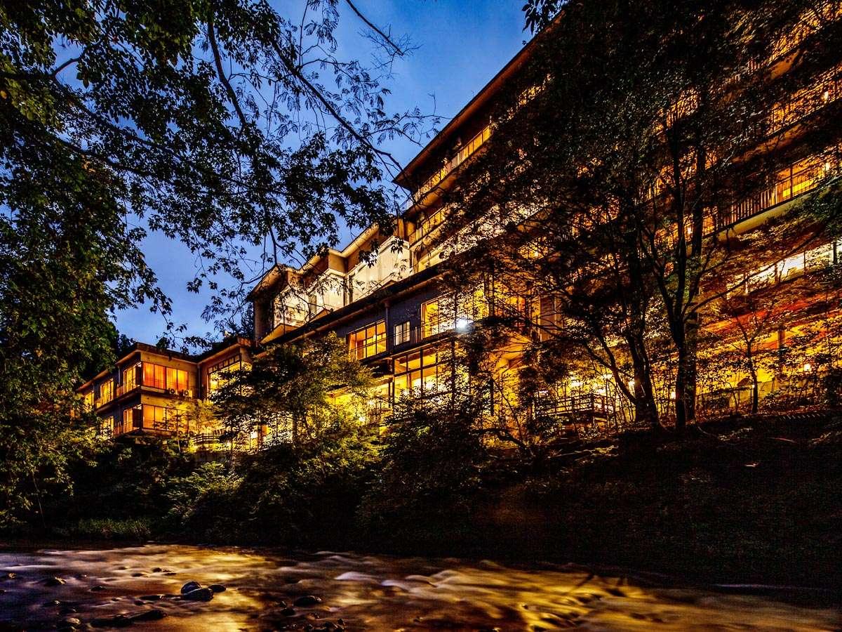 ~鶴仙渓の対岸からの外観~ 館内の照明が老舗旅館ならではの幻想的な雰囲気