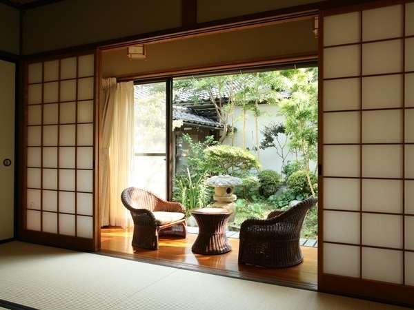 【菊の間】和室7.5畳 小さな坪庭付の客室 他のお部屋と離れていますのでとても落ちつきます。