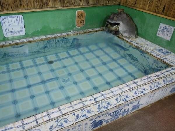 主人作染付けタイルの飛天の泉-湯の中で飛天が舞います。美肌効果の高いメタケイ酸が豊富
