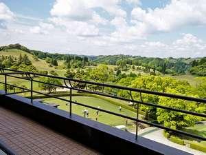 広大に開放された緑豊な風景(コース側)