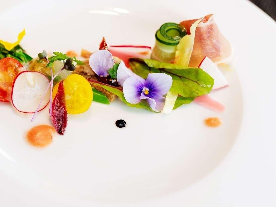 色とりどりの旬の野菜を丁寧に盛り付けた、見た目にも華やかな前菜