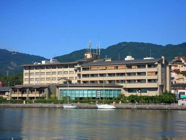 琵琶湖からの全景。全室琵琶湖向きの客室です。