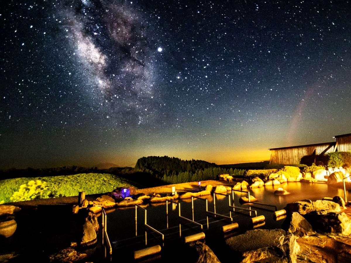 雄大な阿蘇の大草原が広がる、開放感いっぱいの露天風呂。特等席で眺める天然のプラネタリウムです。