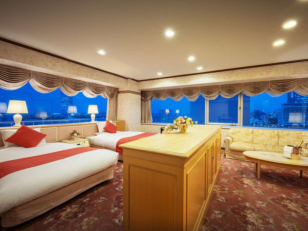 【最上階:スイート】寝室リビング合わせて102平米の当館最高峰の空間。重厚感ある家具が豪華さを演出