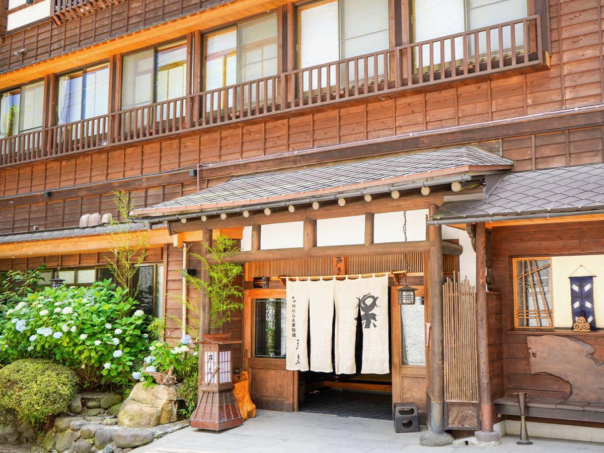 <昼>会津に溶け込む趣のある景観。館内は畳敷きの回廊。素足で気持ち良くお過ごしくださいませ。