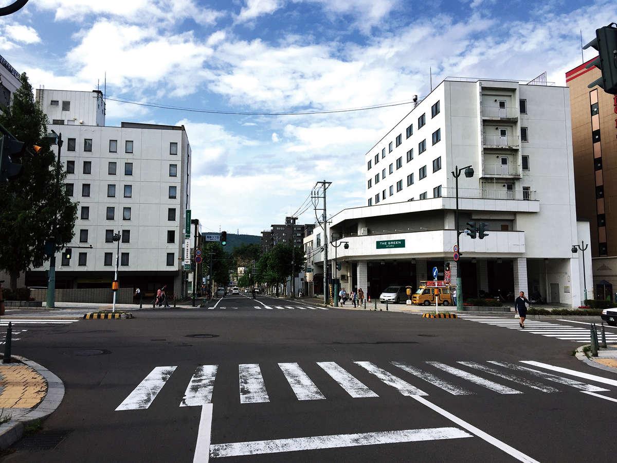 ホテル全景。左が本館、右が別館。受付は本館へ。