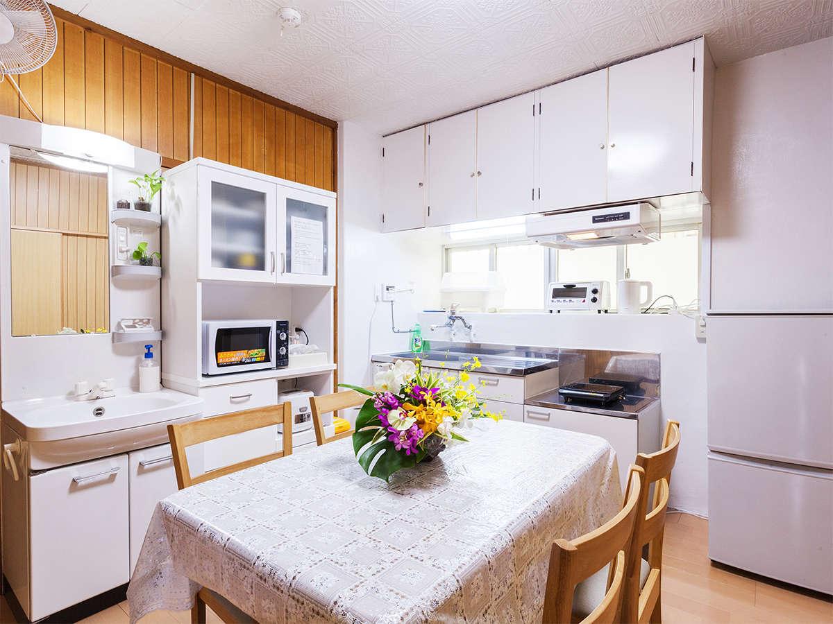 キッチン&リビングルーム。2ドア冷蔵庫・電子レンジなどの調理器具と食器を完備しております。