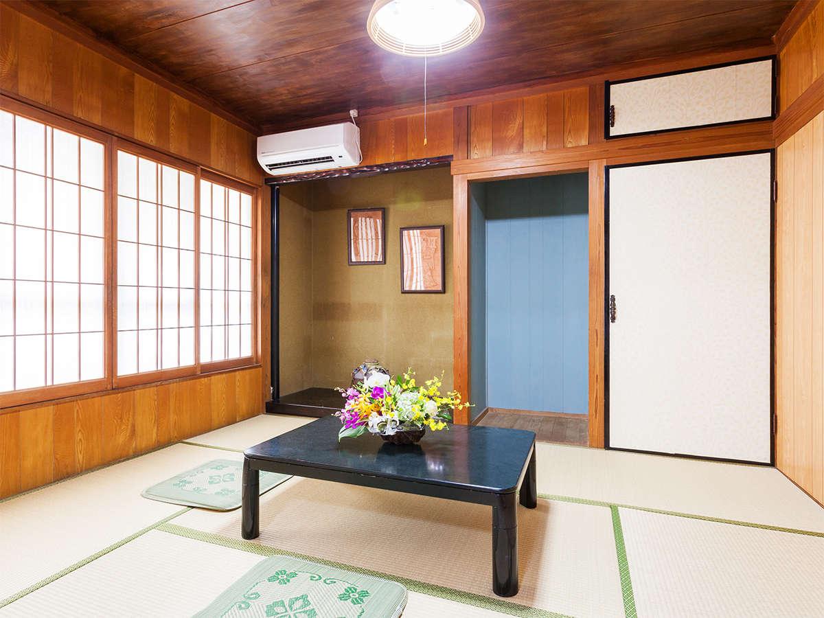和室もありゴロ寝派もOK!お布団は右手の納戸に収納されています。全室にクーラー完備し快適。