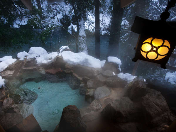 「百間の湯」舞い落ちる雪も心地よい天然温泉