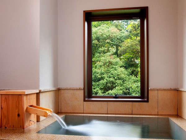 「星」内湯は温泉かけ流し。絶景とともに愉しんで…