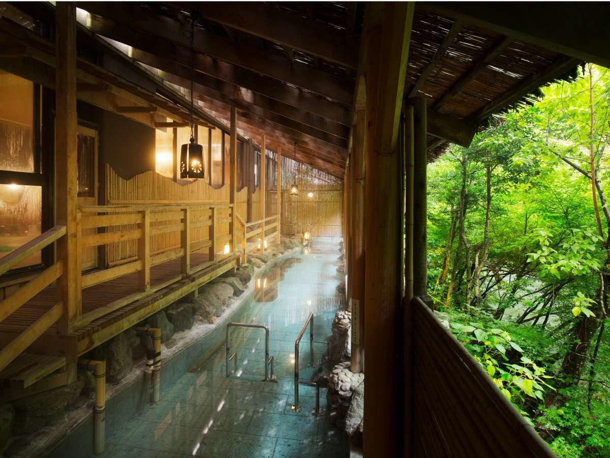 「白鳥の湯」立ち湯露天。渓流沿いに横長の造りで絶景を一望