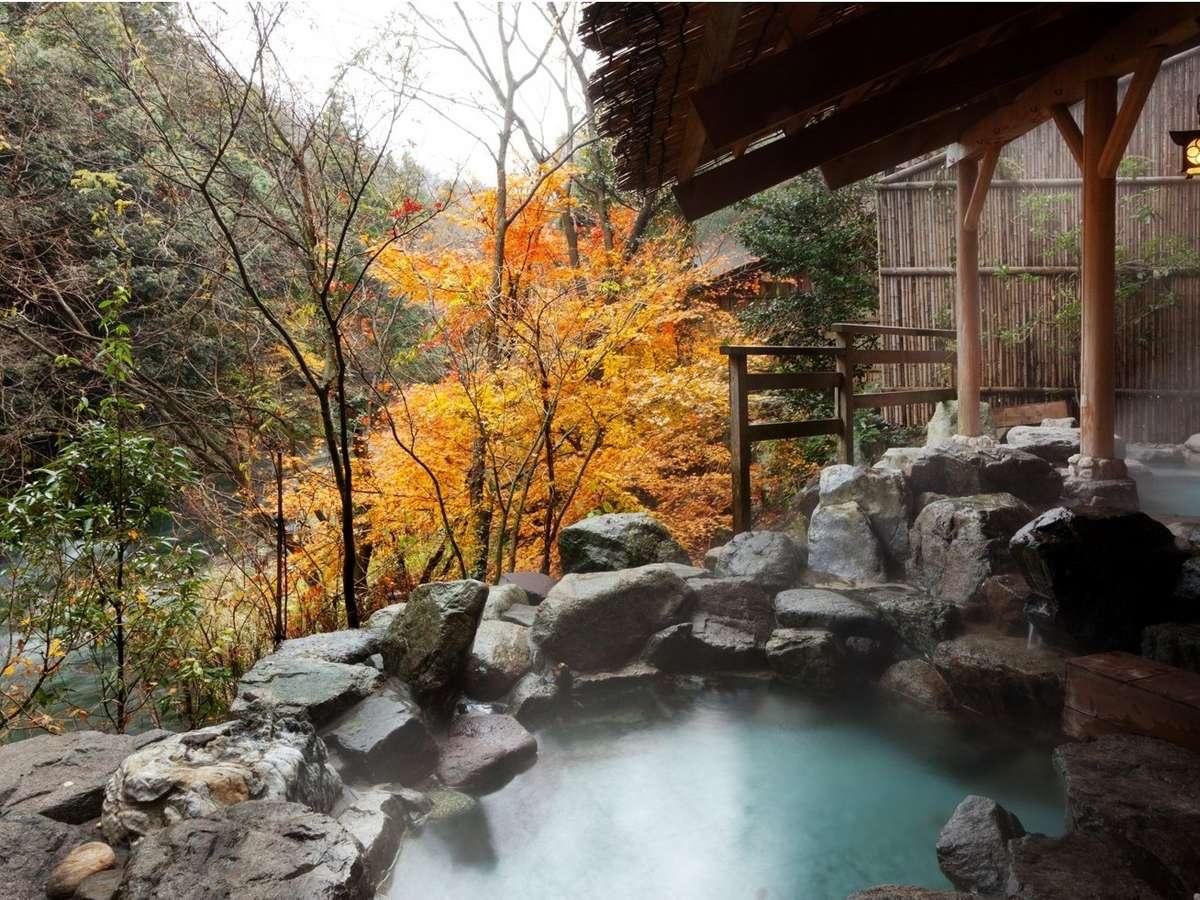「百間の湯」耳に心地よい清流のせせらぎと、紅葉に包まれる天然温泉