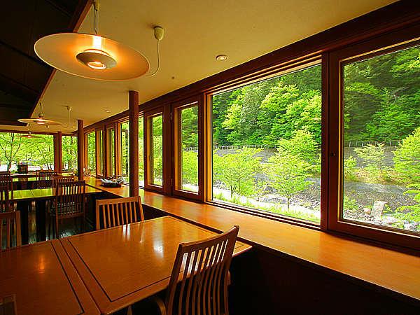 渓谷を流れる高瀬川のせせらぎが心地よい館内レストラン