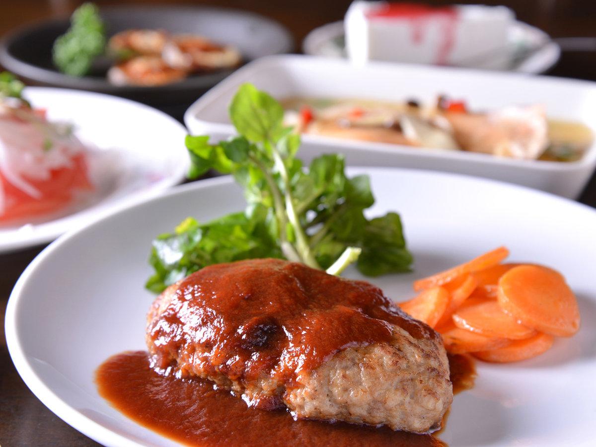 *【夕食一例】メイン料理はオーナー手作りの絶品ハンバーグ♪