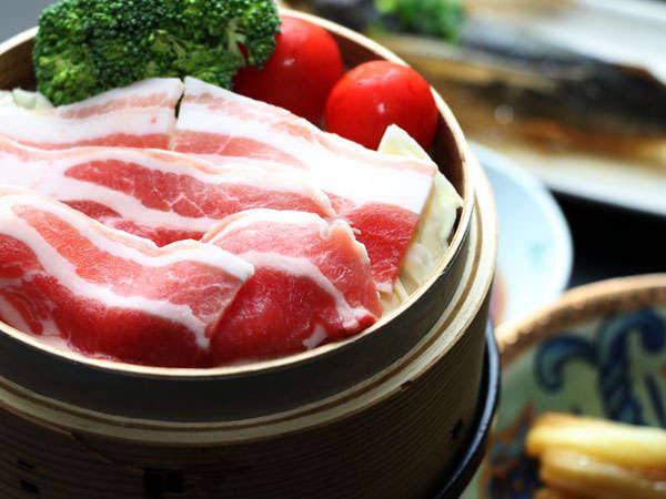 【夕食】鹿児島黒豚肉のせいろ蒸しの一例。他にも海の幸山の幸が楽しめます。