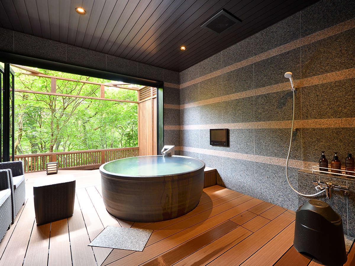 Luxury-suite【月の泉美】露天風呂からは一枚の絵画のような風景がとても圧巻です。