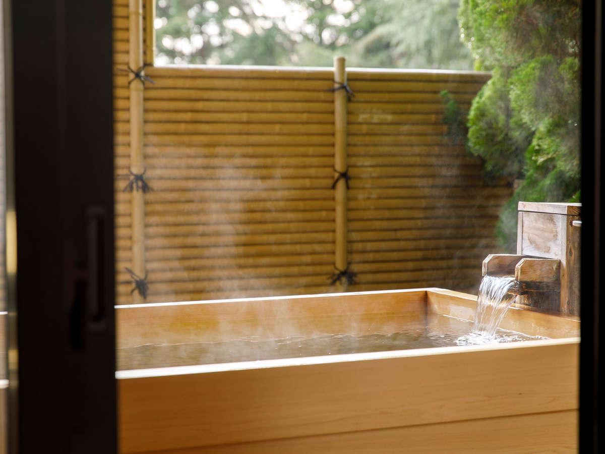 【新館鳳凰・特別室 源泉風呂一例】内風呂で体を温めてから露天風呂にお入り頂けます