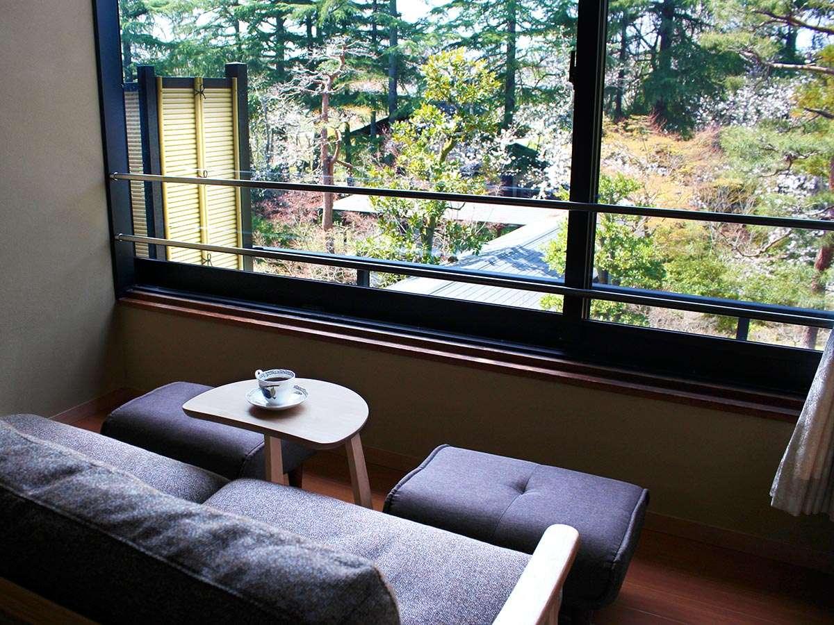 【温泉付き瑞雲和洋室】和室/ソファーに腰掛けて桜や紅葉、雪景色など四季折々の庭を眺めてお過ごし下さい