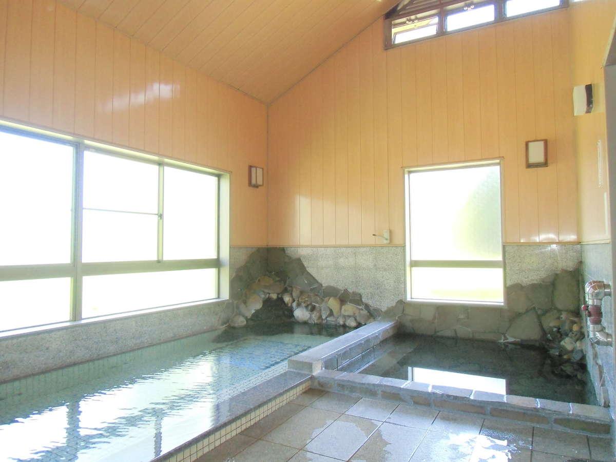 源泉掛け流しの天然温泉です。ジャグジーや水風呂もついてます。