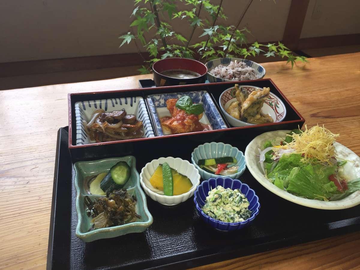 自家製野菜や湧水町産の米を使った料理が自慢です。