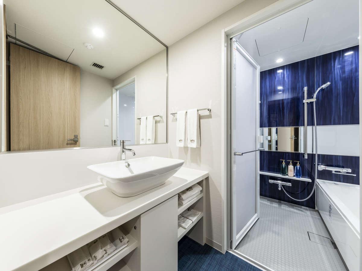 広々とした洗面台と独立したバスルーム