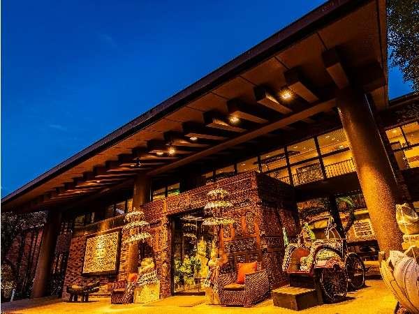 バリのエントランスゲートが異国情緒溢れる旅へ誘います。