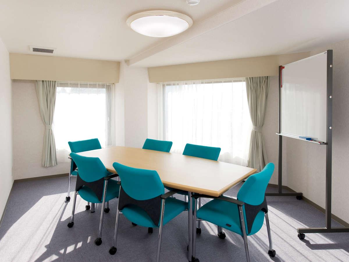【ミーティングルーム】ご宿泊のお客様は無料でご利用可能です。お仕事や小会議にご利用ください。