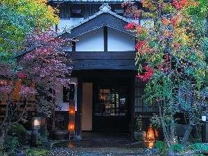 【玄関】四季折々の表情を見せる自然の中でお待ちしております
