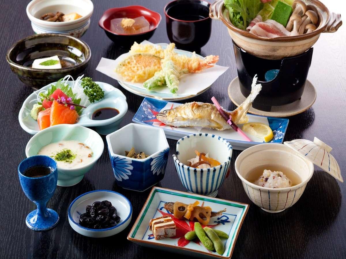 当館基本料理会席御膳。素材の味を活かした品々が並びます