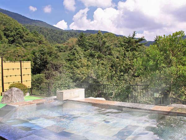 *開放的な露天風呂で、温泉浴を満喫しよう!